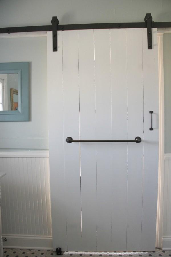 SLIDING DOOR WITH CLASSIC BARN DOOR HARDWARE