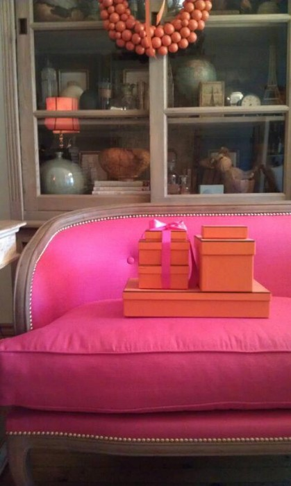 PINK SOFA - TO DIE! LIVE BREATHE DECOR!
